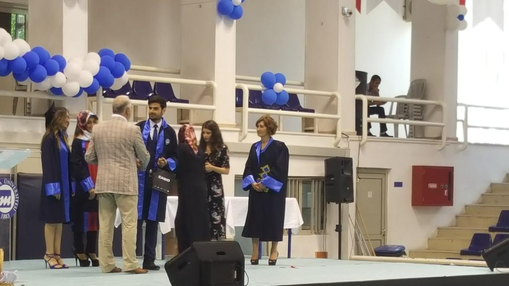Dereceye Giren Öğrenciler Muhammed İbrahim Kılıç, Begüm Pişkin ve Merve Malkoç ödüllerini ve plaketlerini alıyor.