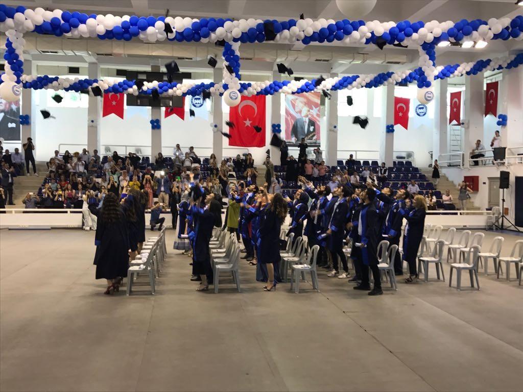 Öğrenciler hep birlikte keplerini havaya atarak mezuniyetlerini kutladılar.